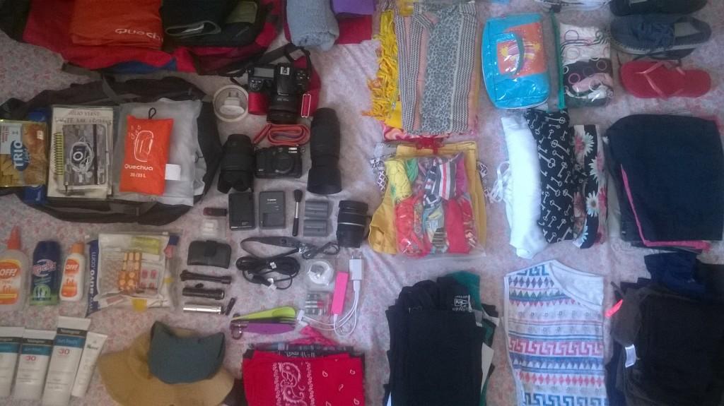 Eu além da mochila de roupas ainda tinha os equipamentosde fotografia para levar, ordenando tudo em cima da cama para arrumar, ficou mais ou menos isso... rs